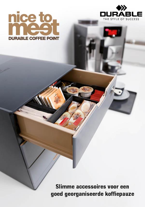 coffee point van durable is een modulair assortiment met slimme accessoires om elegant koffie of thee voor te ereiden. Hte is de perfecte georganiseerde plek om te focussen op belangrijke aspecten van dagelijks werk. Nog belangrijker is het om wat je zoekt snel en betrouwbaar terug te vinden. Om het even of het nu tijdens of een korte informatiewissel is of tijdens een productieve vergadering, COFFEE POINT si de ideale ontmoetsingsplaats voor creativiteit. Coffee point tray, box, caddy, case bin